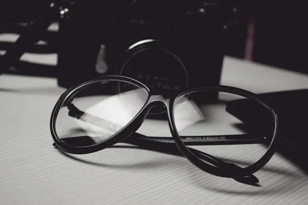 意外と知らないメガネのケア方法