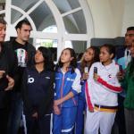 Sylvester Stallone convive con jóvenes boxeadores mexicanos.