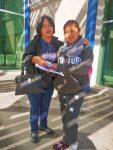 Entregan servidores públicos apoyo económico a joven internada en la Ciudad de La Paz