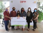En apoyo a las personas con discapacidad motriz, entrega alcaldesa Armida Castro cheque por $70 mil pesos a fundación Cabo Carolina