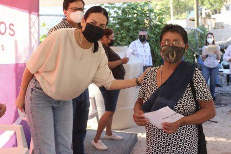 Beneficia Ayuntamiento con tinacosa familias de colonia Agustín Olachea