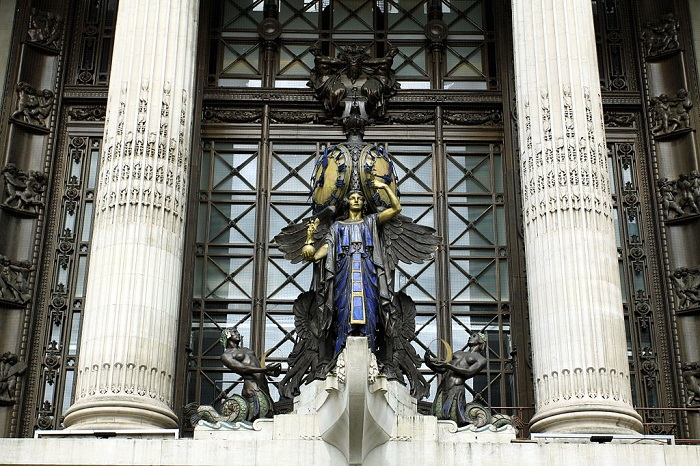 1024px-Detail_of_sculpture_above_the_entrance_of_Selfridges_on_the_Oxford_Street,_London
