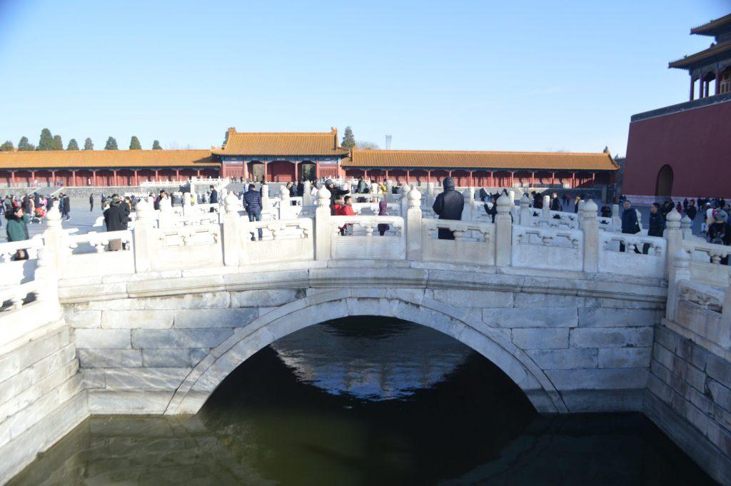 Puente de mármol en el patio exterior