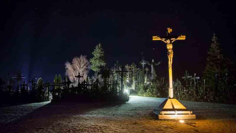 La Colina de las Cruces de noche
