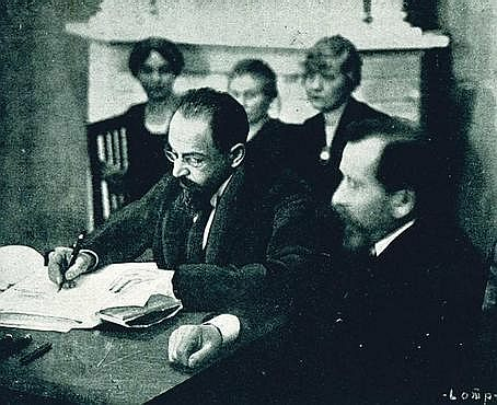 Joffe firmando el Tratado de Paz de Tartu