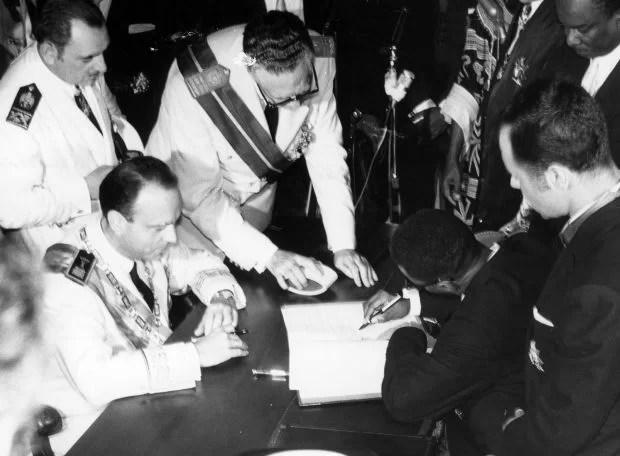 Fraga firma la independencia de Guinea Ecuatorial