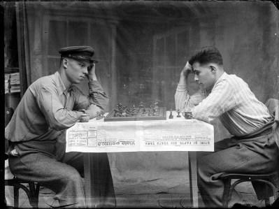 Doi bărbați joacă șah. 10 octombrie 1943
