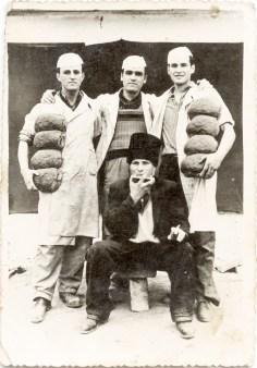 Patru bărbați cu pîini Din arhiva personală Georgeta Drăgănescu