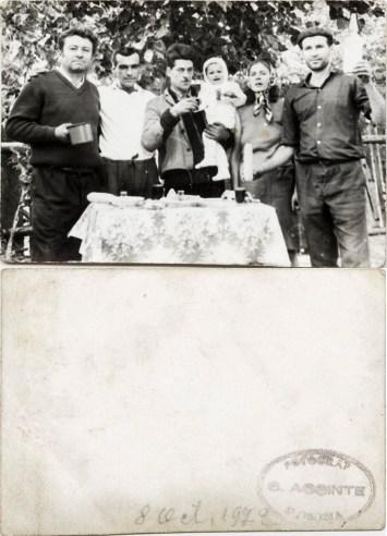 """Familie. Verso: 8 octombrie 1972 Ștampilă roșie """"Fotograf C. Acsinte Slobozia"""" Din arhiva personală Georgeta Drăgănescu"""