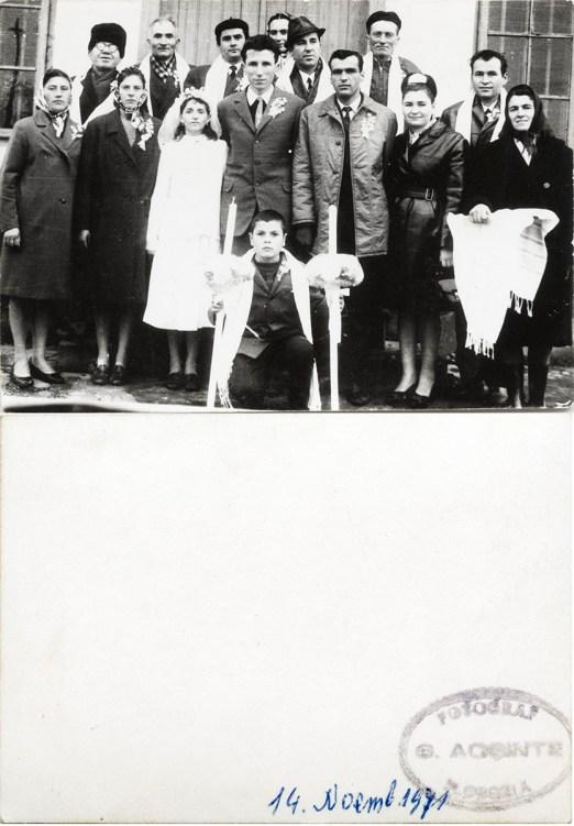 """Nuntași. Verso: 14 noiembrie 1971 Ștampilă roșie """"Fotograf C. Acsinte Slobozia"""" Din arhiva personală Georgeta Drăgănescu"""