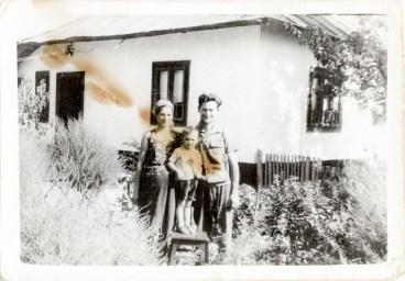 Familie Costică Acsinte din casele noastre Arhiva personală Axinte Constantin, Perieți