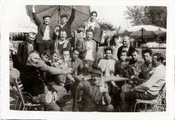 Grup Costică Acsinte din casele noastre Arhiva personală Axinte Constantin, Perieți