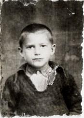 Copil Costică Acsinte din casele noastre Arhiva personală Axinte Constantin, Perieți