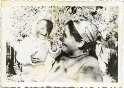 Mamă cu copil Costică Acsinte din casele noastre Arhiva personală Bucur Ionel, Perieți