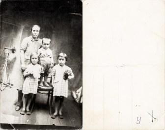 Mamă cu trei copii. Reproducere. Anca Costică Acsinte din casele noastre Arhiva personală Maura Aron, Grivița