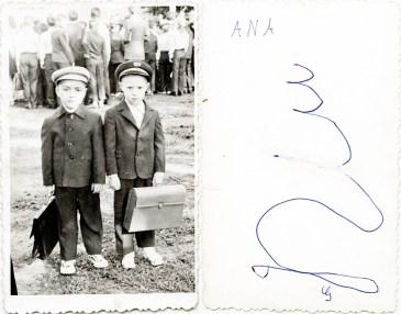Doi școlari cu uniformă și ghiozdan. Ana Costică Acsinte din casele noastre Arhiva personală Maura Aron, Grivița