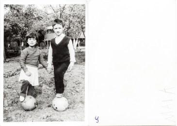 Doi copii cu mingii. Maia Costică Acsinte din casele noastre Arhiva personală Maura Aron, Grivița