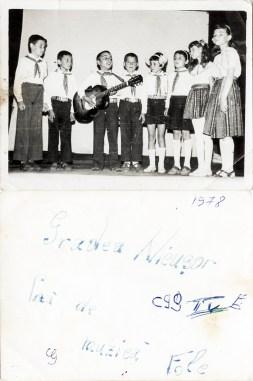 Grup de copii cu chitară. 1978. Gradea Nicușor Costică Acsinte din casele noastre Arhiva personală Maura Aron, Grivița