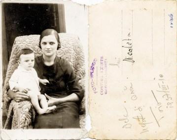 """Mamă cu copil. Verso: De la nepot și Ani. 1937 VII 10. Lui Nicoleta. Ștampilă violet """"Foto-Splendid Costică Axinte Slobozia-Ialomița"""""""