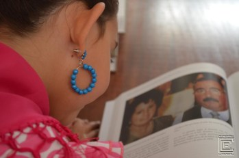Nora Gómez mirando a su abuela Consuelo y a su abuelo Pepe