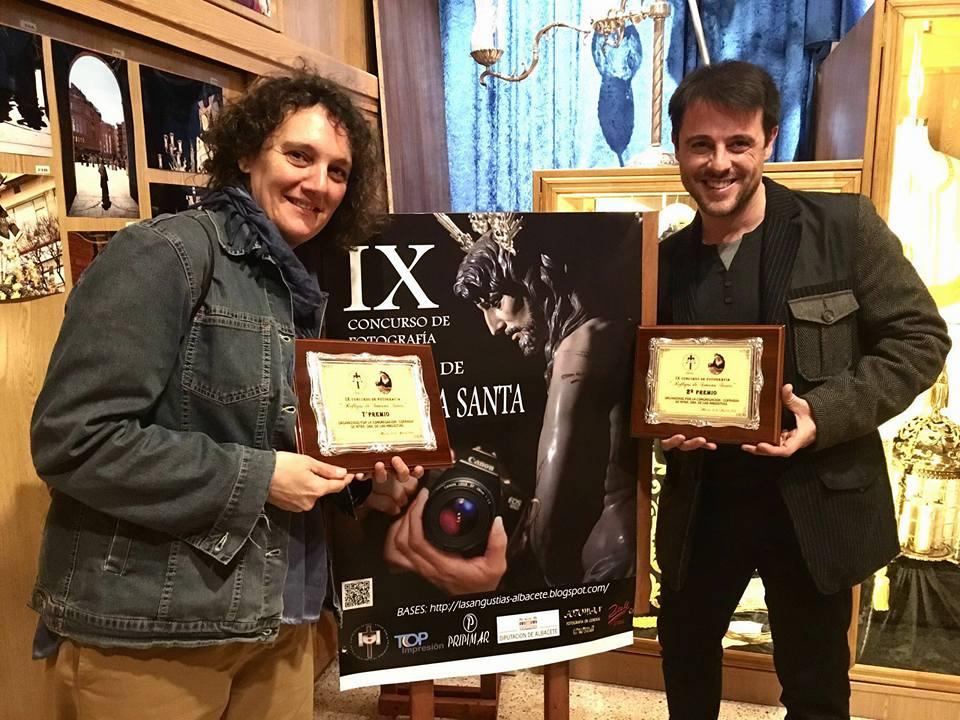 Gema HL y Juan Carlos Navarro recibiendo sus premios.