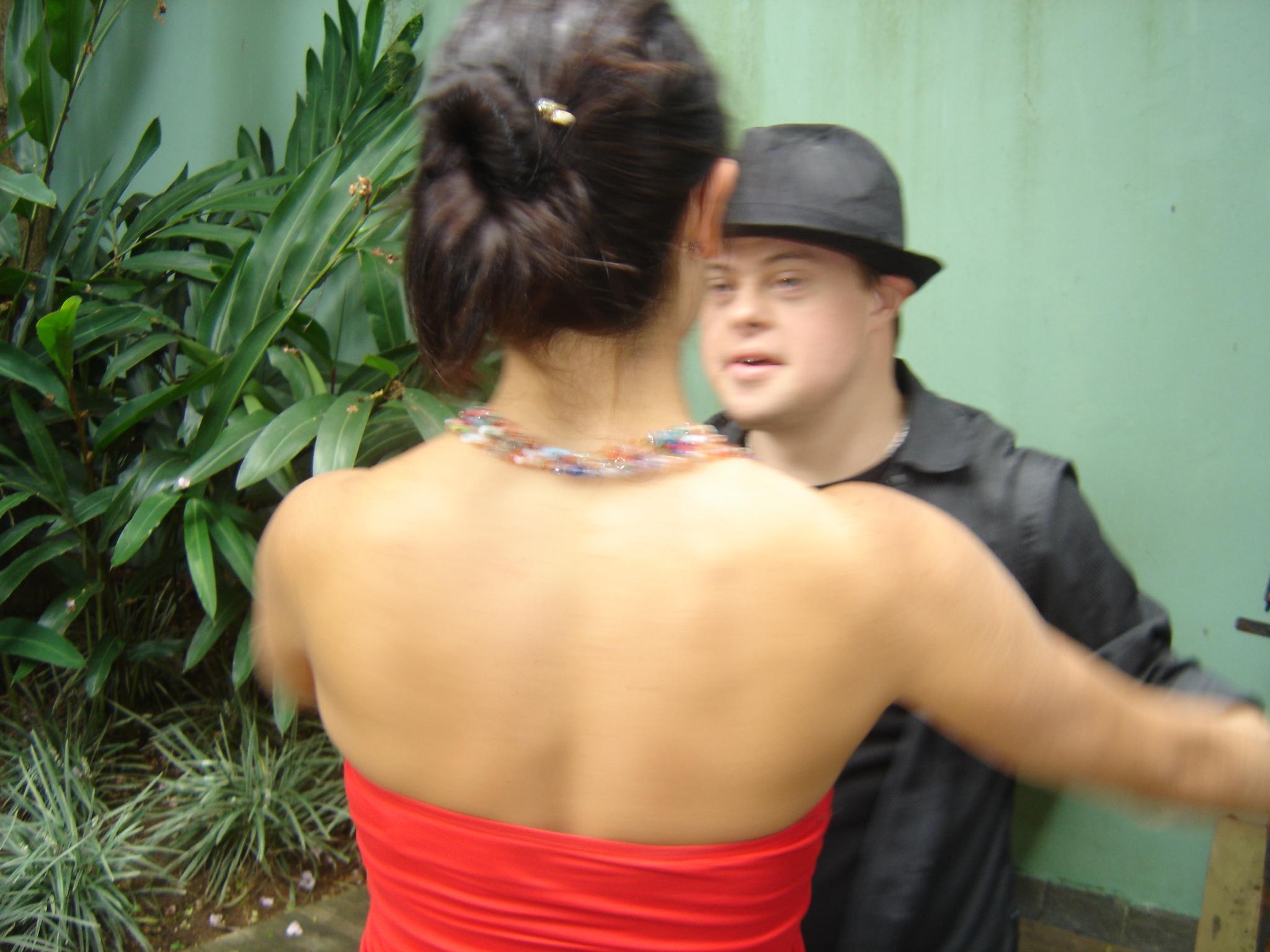 Rafa e eu dançando no deck da Gatacine