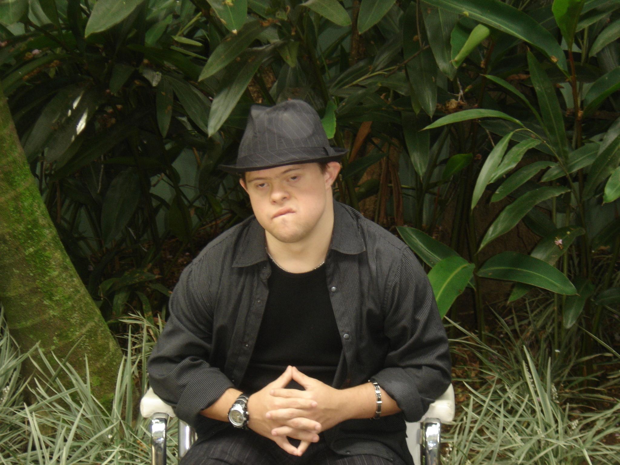 Rafael é modelo e adora chapéus