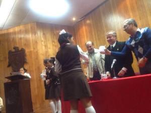 Elizabeth Sauceda recibiendo su acreditación.