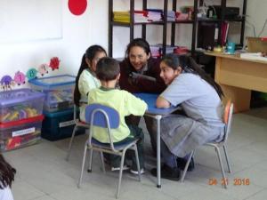 Alumnas leen cuento a estudiantes de Escuela de Lenguaje