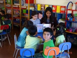Alumnas comparten la lectura de un cuento