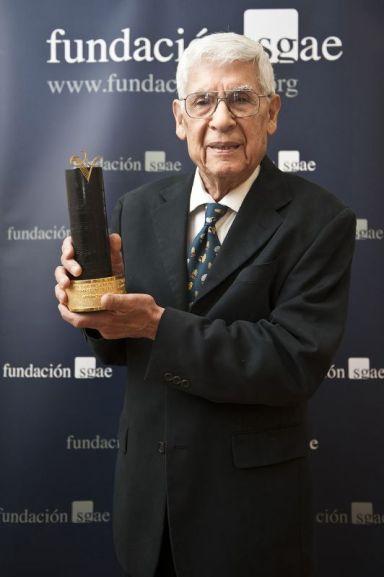 alcides lanza recibiendo el Premio Tomás Luis de Victoria 2014 [ceremonia llevada a cabo el 28 de Mayo 2015, en Madrid] Foto: Luis Camacho
