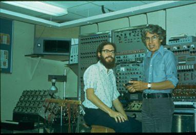 Kevin Austin [estudiante en esa época] con alcides lanza, frente a maquinaria Le Caine, en el Main Studio, McGill University, 1972 [foto: alcides lanza]