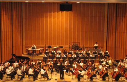 Boris Alvarado, dirigiendo la Orquesta Sinfonica Nacional de Cuba. Festival de Música Contemporanea de La Habana, Cuba