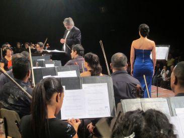 Con la Orquesta Sinfónica Nacional de Cuba, dirigiendo a Jocy de Oliveira