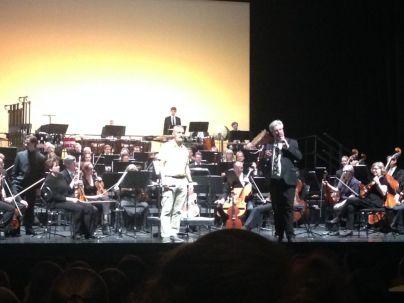 Hablando al público antes de la interpretación de Fiesta Rugeliana con Orquesta de Mainz, Alemania, maestro Darwin Aquino, director.