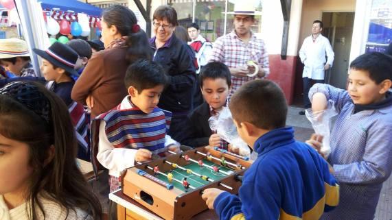 Niños jugando al taca taca