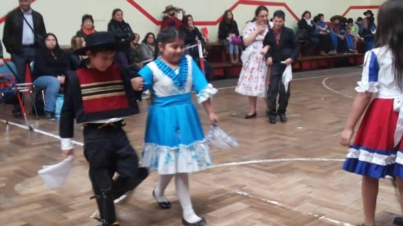 Niños de 1ero bailando cueca