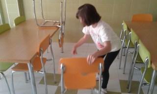 bajamos las sillas con cuidado