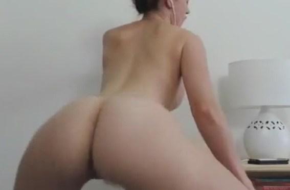 Ashley Alban rebolando e tirando a roupa