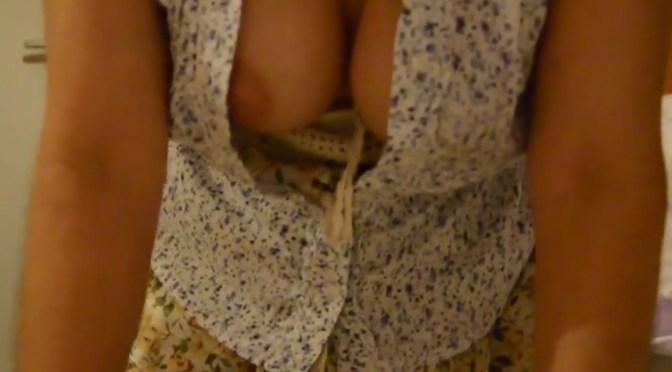 Gostosa sensualizando no downblouse – Milf nipslip