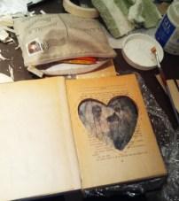 preciosa combinación de hueco, hilos e imagen velada en el libro de Pilar