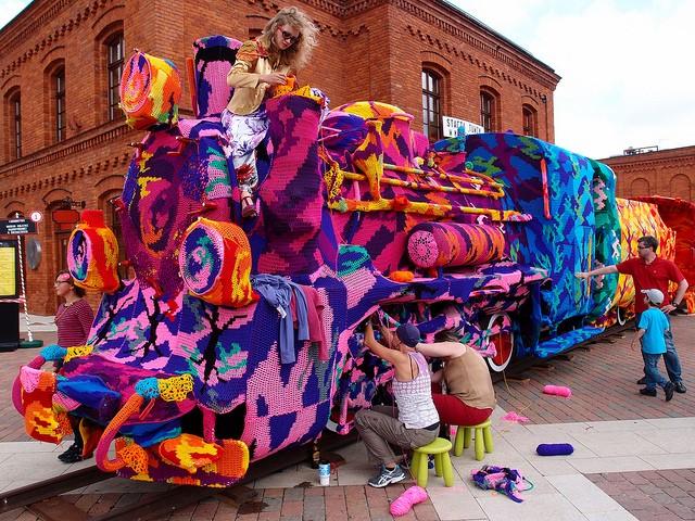 Crocheted-Four-Car-Locomotive-Olek-tt-width-640-height-480-crop-1-bgcolor-000000-force-1