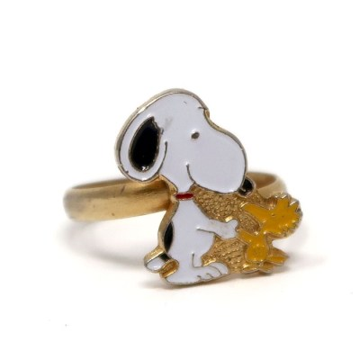 Snoopy shaking hands with Woodstock Ring