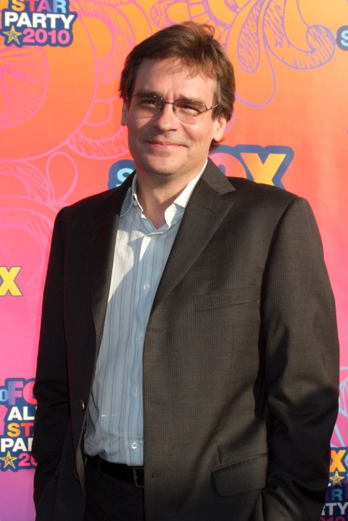 Robert Sean Leonard posing alone on red carpet