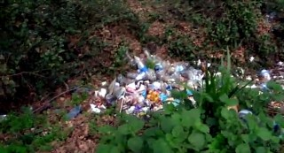Lungo l'Acquedotto di Colognole è facile imbattersi nei rifiuti abbandonati