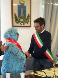 Fatma Mehdi, rappresentante del Governo Saharawi, e Lorenzo Bacci, Sindaco di Collesalvetti