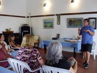 Massimiliano Luschi spiega agli allievi le tecniche di base della pittura (foto di Beatrice De Laurentiis)