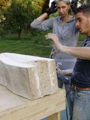 Massimiliano Brogi durante una lezione di scultura (foto di Beatrice De Laurentiis)