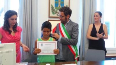 il sindaco Bacci durante il conferimento della cittadinanza onoraria a sei bambini del Saharawi nel luglio 2014