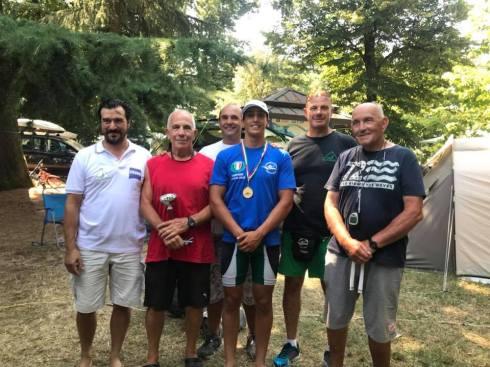 Flavio al centro con tutto lo staff di allenatori del canoa club